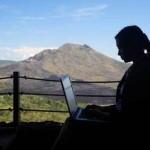 независим специалист работи по интернет